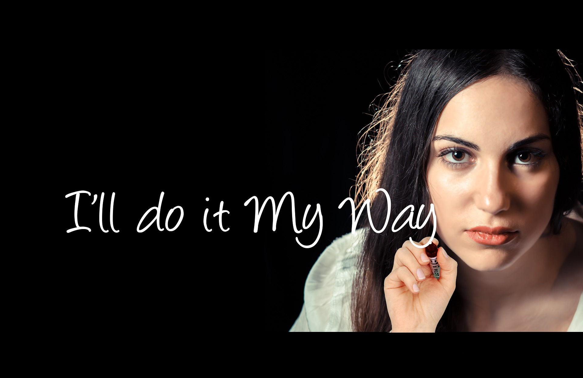 femme sur fond noir ecriture i'll do it my way