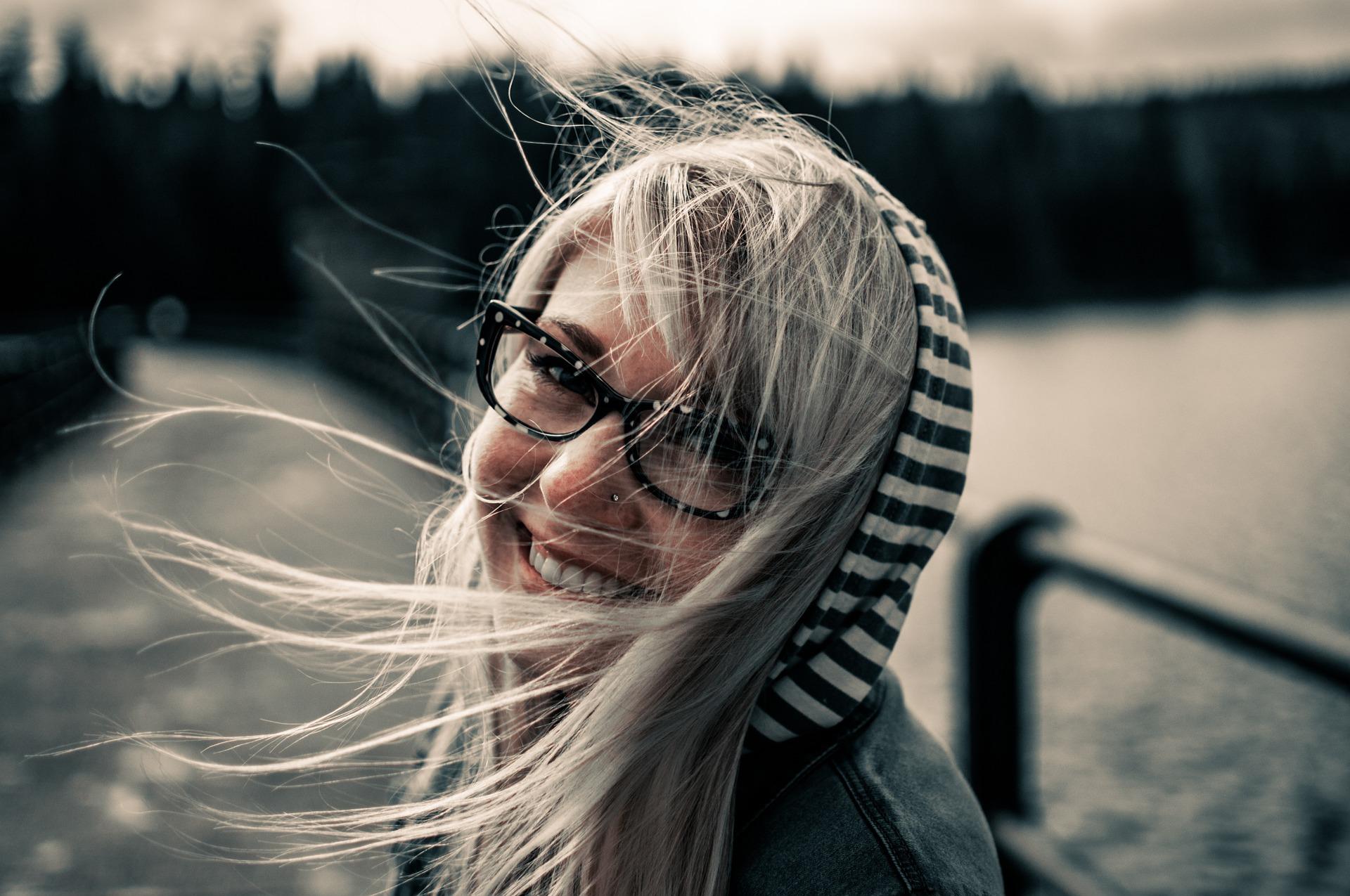 femme au cheveux blond souriante